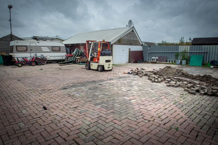 De plek op het woonwagenkamp aan de Wamelseweg waar de woonwagen is weggehaald.