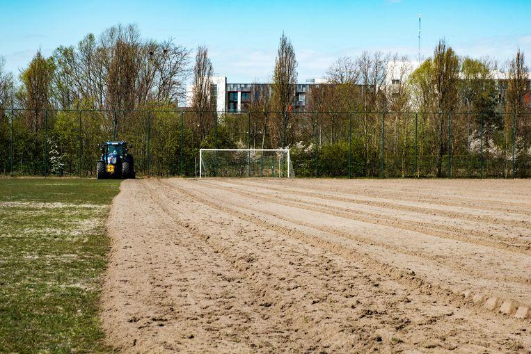 Heraanleg van de voetbalterreinen van Rupelboom met kunstgras.
