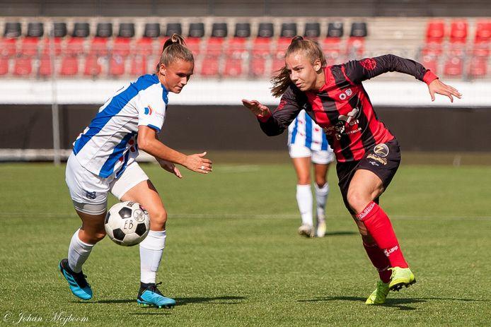 Sophie Cobussen passeert namens Excelsior/Barendrecht Kerstin Casparij van SC Heerenveen.
