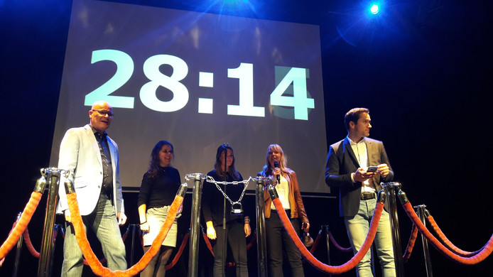 Tijdens de nieuwjaarsreceptie maakte burgemeester Van Riswijk ook een escaperoom op het podium in D'n Bogerd.