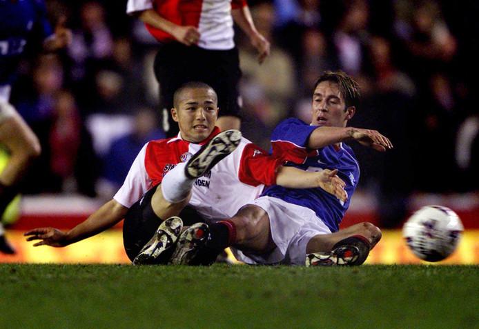Fernando Ricksen en Shinji Ono vechten een pittig duel uit in het UEFA Cup in het seizoen 2001/2002.