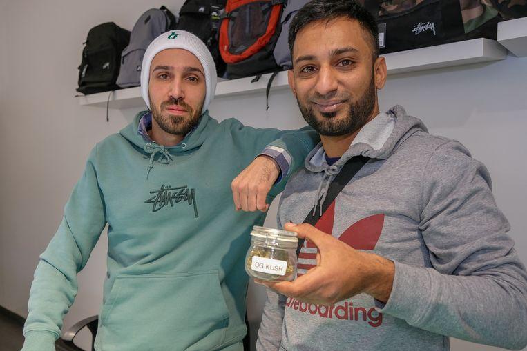 Eigenaar van skatewinkel BlackJack in Overijse, Dennis Vernieuwe, en uitbater Wajahat Sheikh met een potje cannabidiol.