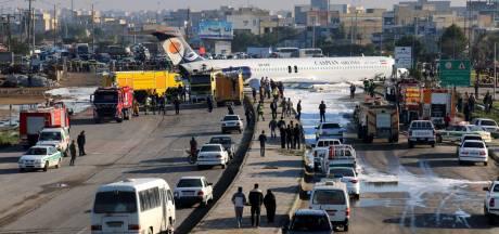 Iraans passagiersvliegtuig verliest landingsgestel en komt op autoweg terecht