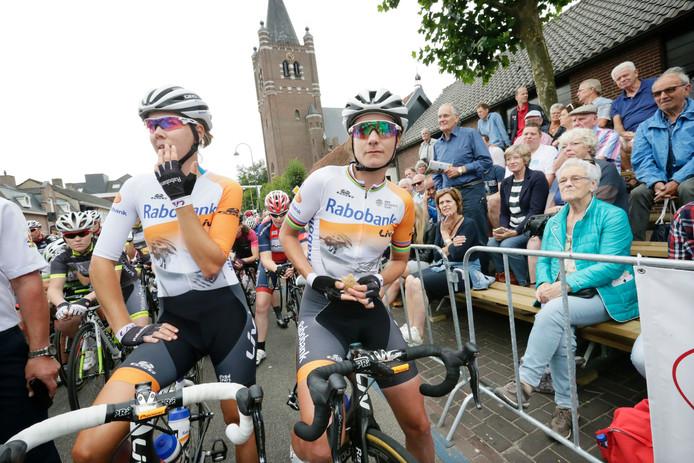 Marianne Vos (rechts) en Thalita de Jong voor de start in Chaam.