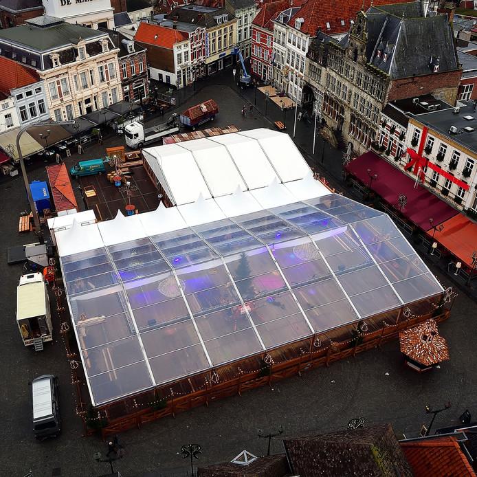 De ijsbaan in Bergen op Zoom heeft dit jaar een enorme doorzichtige overkapping zodat er droog geschaatst kan worden. Meer dan ooit nemen de piste en het horecadeel de Grote Markt in beslag.