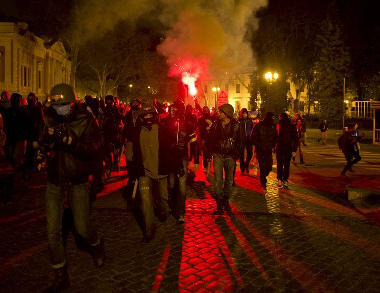 Pro-Oekraïense demonstranten houden een mars voor het vakbondsgebouw waar vrijdag meer dan veertig mensen omkwamen.