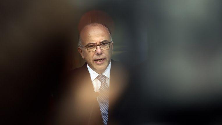De Franse minister van Binnenlandse Zaken, Bernard Cazeneuve, is onderweg naar de plaats van de aanslag. Beeld afp