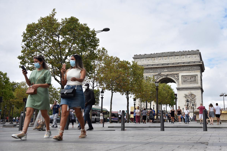 Fransen met mondkapje bij de Champs-Elysées.