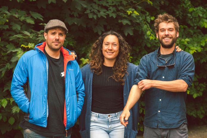 Sieko Noordhuis, Eva Hetharia en Frederik Noordhuis (vlnr) op hun camping De Wildevier in Drenthe.