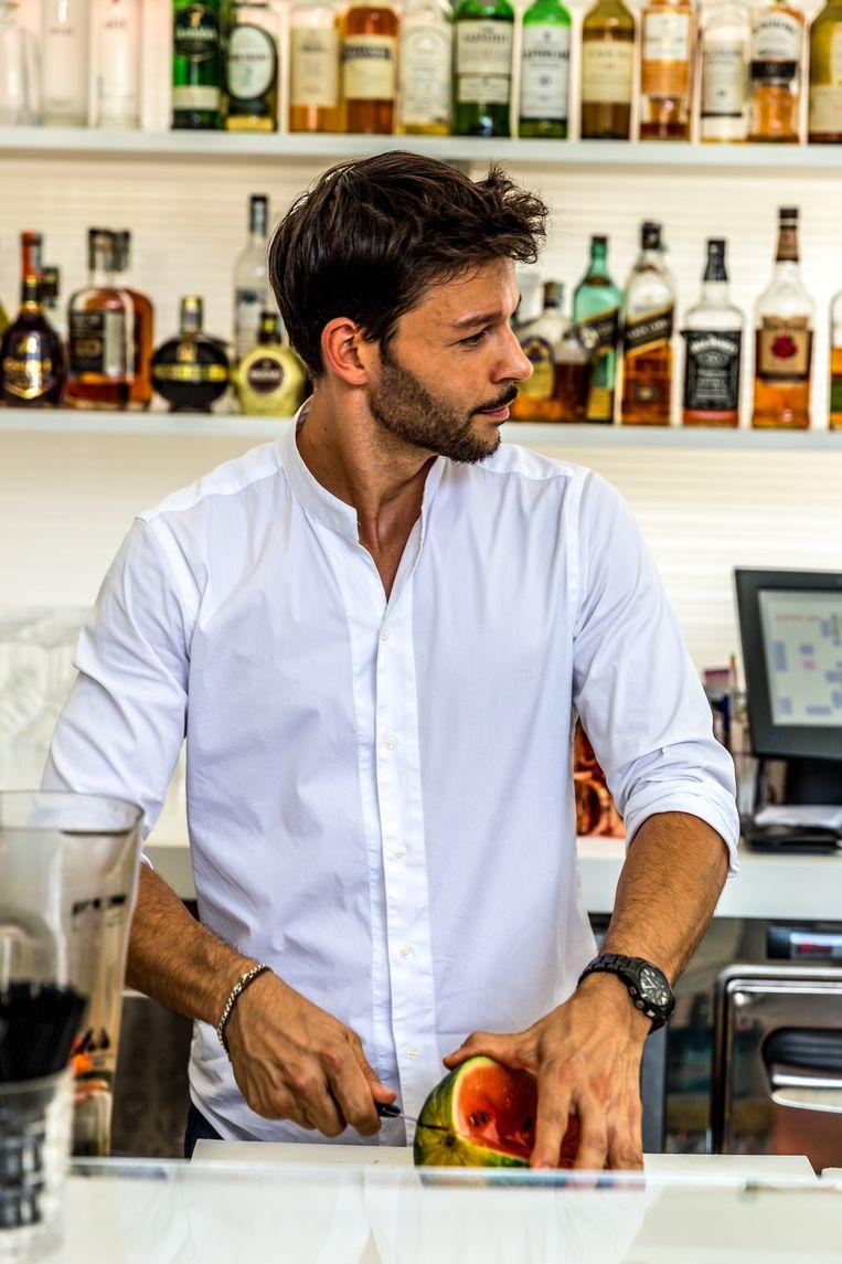In Bolzano schenkt barman Christian Gruber (38) watermeloen-martini's in de populaire Grifoncino Bar. Hij geeft ondertussen zijn vijf favoriete eet- en drinkplekken in en rondom de stad. Beeld Noël van Bemmel