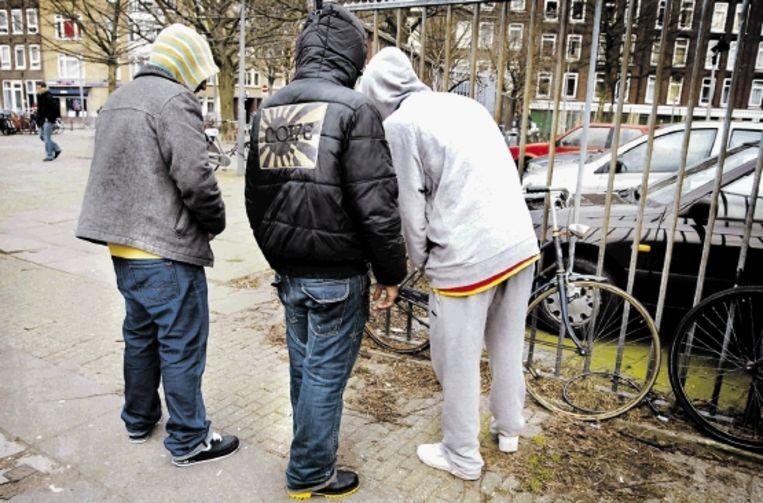 Jongeren - hier in Amsterdam-Oost - hebben een eigen taal ontwikkeld, waar dichters van nu graag uit putten. (FOTO SOPHIE VAN SCHOUWEN, TROUW ) Beeld sophie van schouwen