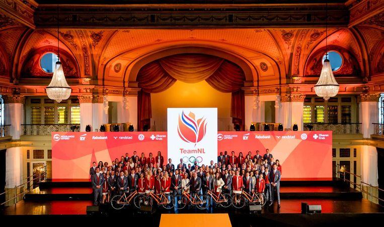 Groepsfoto van de Olympische en Paralympische teams tijdens de overdracht aan NOC NSF. Beeld anp