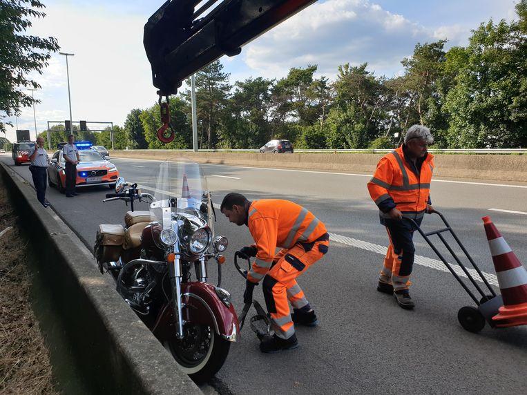 De averij aan de motor bleef op het eerste zicht beperkt, maar de bestuurder en de passagier moesten wel naar het ziekenhuis.