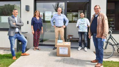 Enaamse dj Dominique schenkt lading van 500 mondmaskers aan Sociaal Huis in Oudenaarde