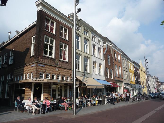 Alcohol drinken op terrassen of in horecabedrijven in de Hinthamerstraat is geen probleem. Voor andere gedeelten van de straat geldt sinds kort een verbod.