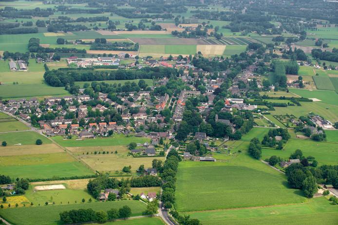 Emst vanuit de lucht gezien. Aan de westkant ligt de Hanendorperweg.