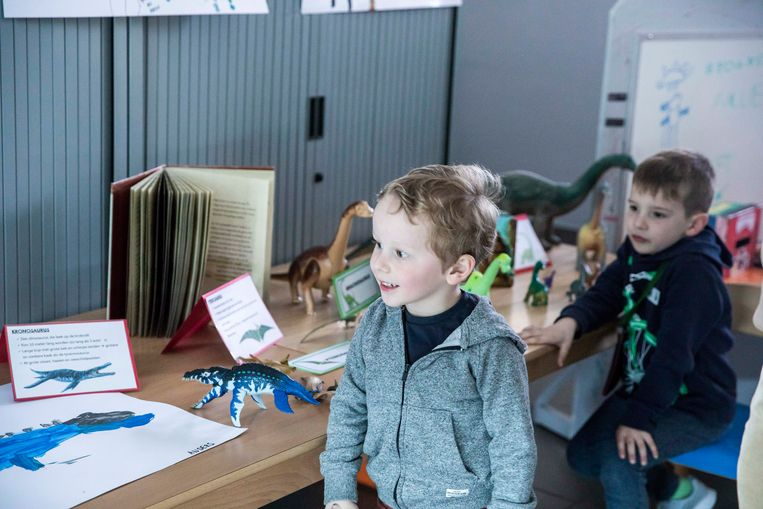 De kinderen hebben een week gewerkt rond dinosaurussen, ze stellen hun werkjes tentoon aan ouders, opa's en oma's.