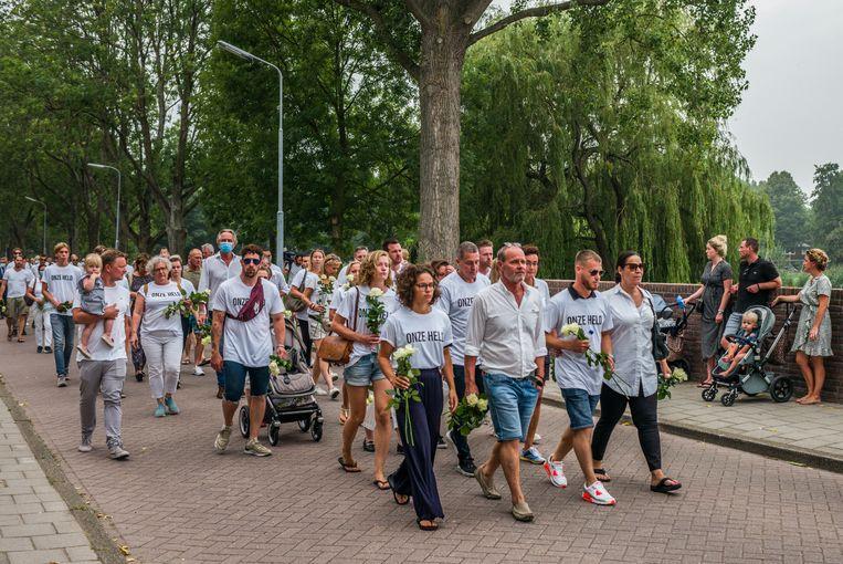 De stille tocht in Badhoevedorp voor de doodgeschoten Bas van Wijk. Beeld Joris Van Gennip