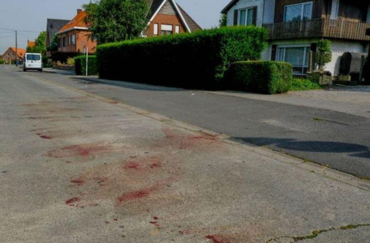 Bloedvlekken op straat in Dadizele. De ripdeal vond plaats in de auto van de Antwerpenaren, maar liep compleet uit de hand. Het slachtoffer werd achtergelaten.