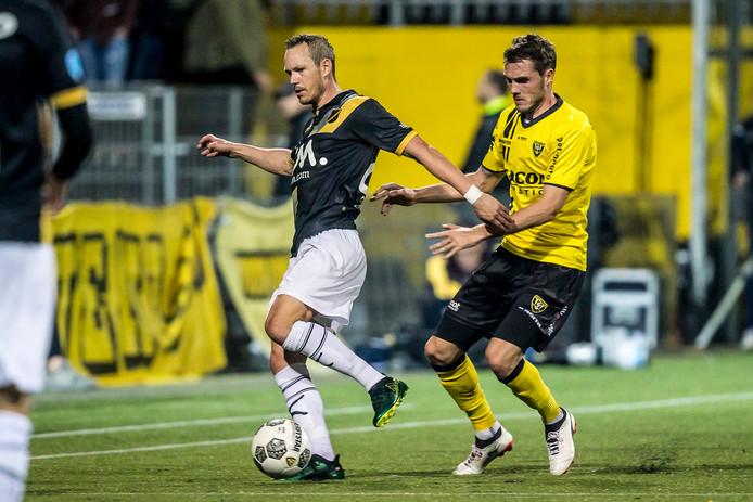 Thomas Enevoldsen (l.) houdt VVV'er Nils Roseler van zich af.