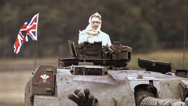 'Iron Lady' Thatcher poseert op een Britse tank. Beeld AP