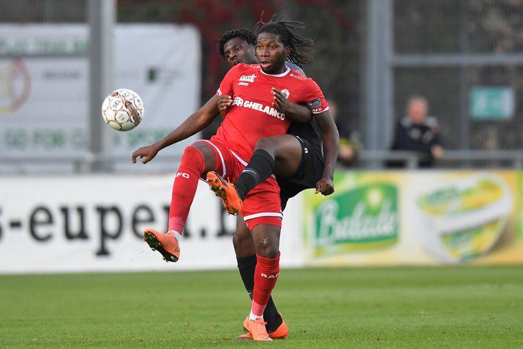 Probeer hem als verdediger maar eens van de bal te zetten. Mbokani is onverzettelijk, ondervindt Bushiri.