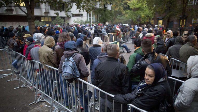 Vluchtelingen en migranten wachten op hun registratie in Berlijn. Dit zijn niet de mensen die hebben gevochten. Beeld afp