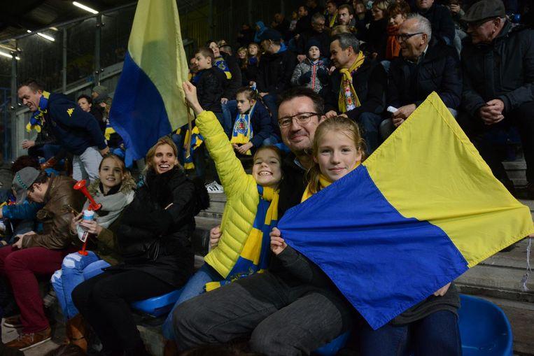 Papa's en mama's vergezellen de jonge supporters en genoten intussen van de match.