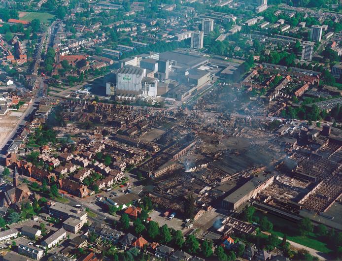 Luchtfoto van de wijk Roombeek tijdens de vuurwerkramp op 13 mei 2000.