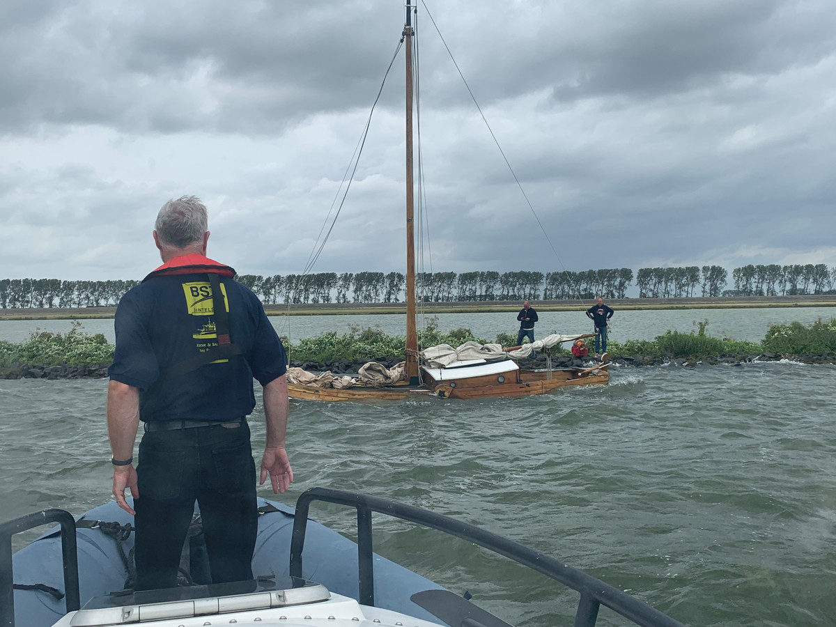 De opvarenden van de (deels) gezonken zeeschouw Luipaard hebben zich in veiligheid gebracht op een strekdam in het Volkerak. Het bergingsbedrijf BST komt in actie.