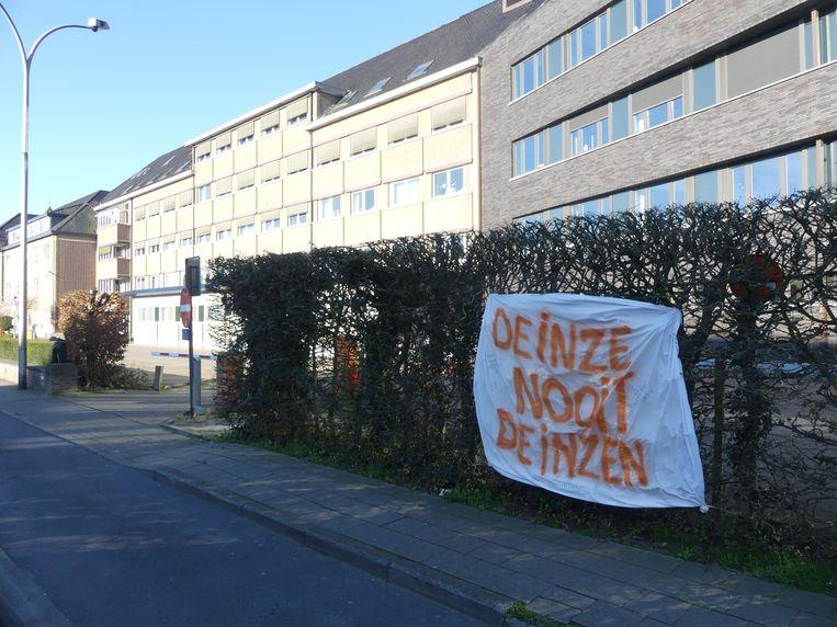 Het spandoek hangt sinds zaterdag aan het ziekenhuis van Deinze.