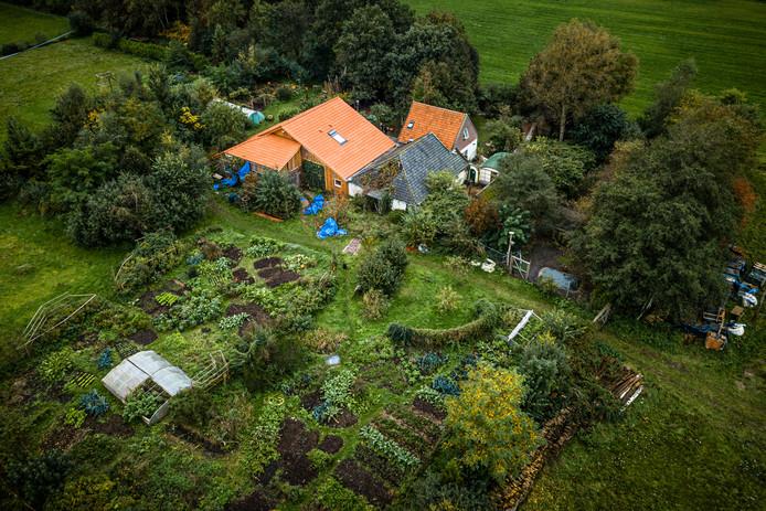 Een luchtfoto van de boerderij in Ruinerwold waar een vader en zes kinderen jarenlang in de kelder gewoond hebben.