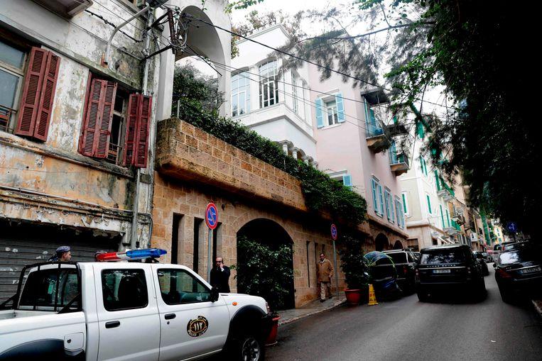 Libanese veiligheidsdiensten bij een huis van Ghosn in een rijke buurt van Beiroet.