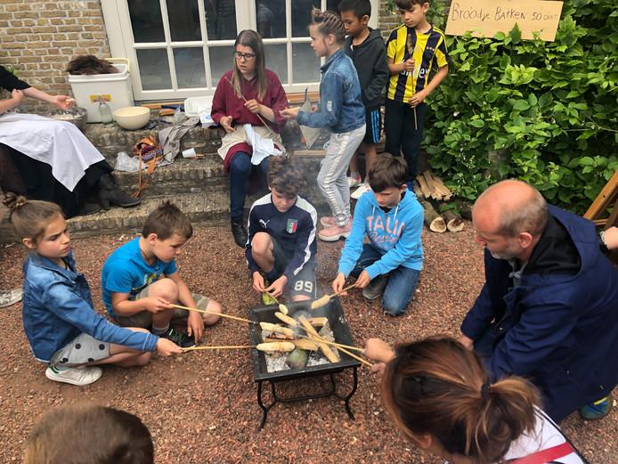 Kinderen bakken zelf brood