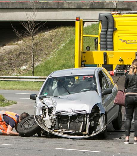 Auto total loss na frontale botsing met vrachtwagen in Apeldoorn
