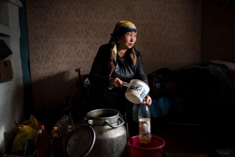Nadja is bezig met de voorbereidingen voor een bruiloft, Altaj, West-Siberië. Beeld Claudia Heinermann