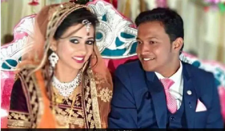 Een foto van het koppel tijdens hun bruiloftsceremonie.