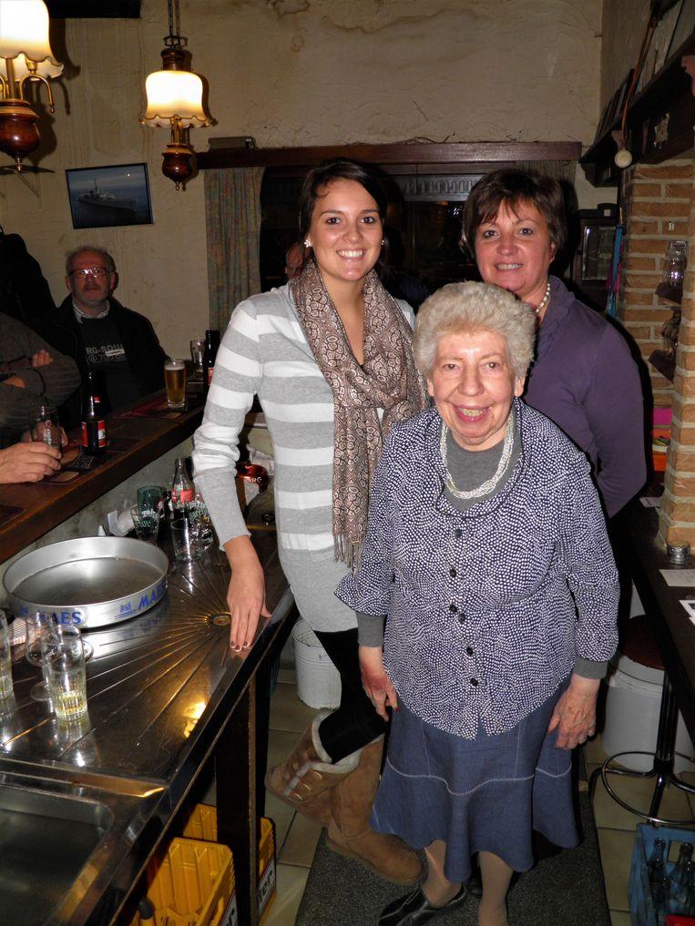 Een foto uit 2011. Marguerite Deschuytter in haar café met kleindochter Lien en dochter Isabelle Capelle.