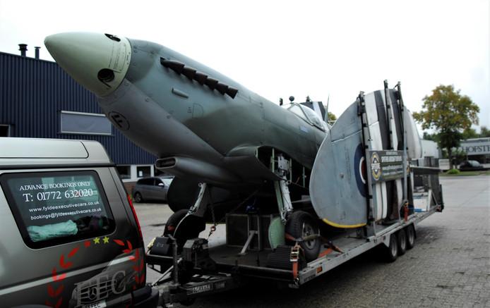 De replica van de Spitfire die maandag vanuit Engeland arriveerde in Renkum.
