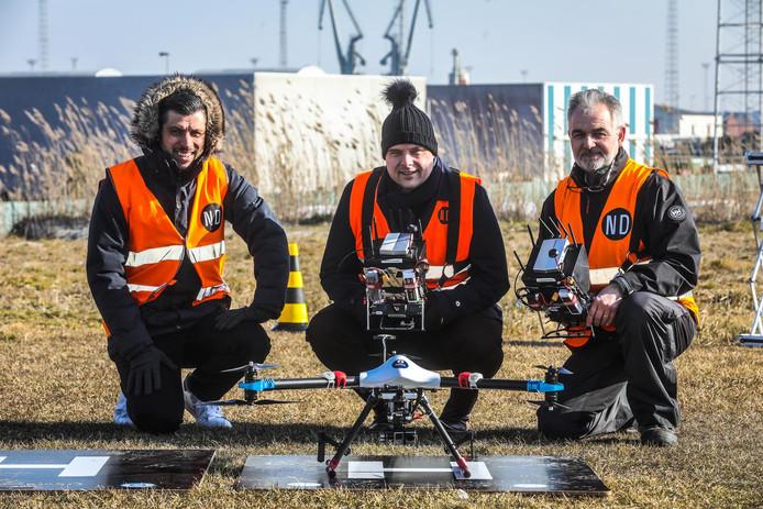 Elwin Van Herck (links) en instructeur Dominique Soete (rechts) van Noordzee Drones kregen meermaals hoog bezoek, onder meer van staatssecretaris voor de Noordzee Philip De Backer (Open Vld). Op het oefenterrein in Zeebrugge tonen ze hoe de staatssecretaris een drone moet besturen.