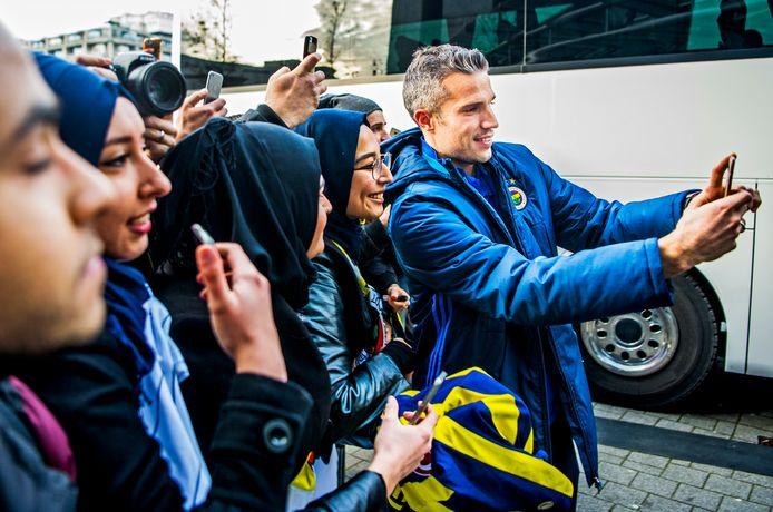 Als de spelers van Fenerbahçe in Rotterdam aankomen gaat Van Persie bereidwillig met fans op de foto.