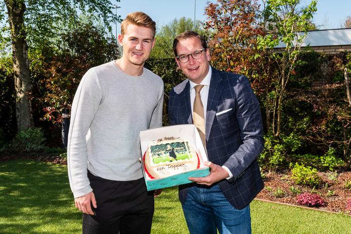 Matthijs de Ligt krijgt een taart namens de gemeente Abcoude van Wethouder Rein Kroon.