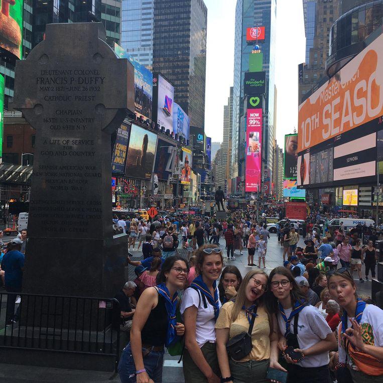 De scoutsmeisjes met enkele vriendinnen op Times Square in New York.