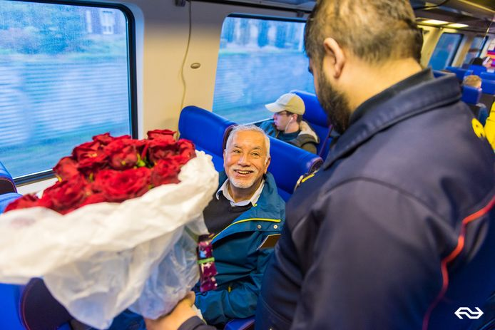 Harry Smith kreeg veertig rozen van De NS omdat hij veertig jaar met de trein ging.