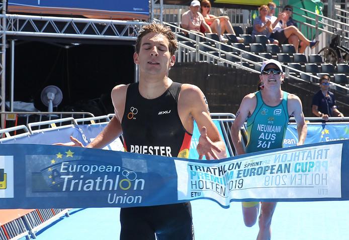 4ffde063f6bebd Lasse Nygaard-Priester passeerde als eerste de finish van de triatlon in  Holten.