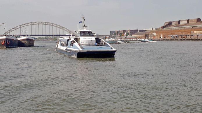 Waterbus met op de achtergrond Brug over de Noord en Nedstaal in Alblasserdam.