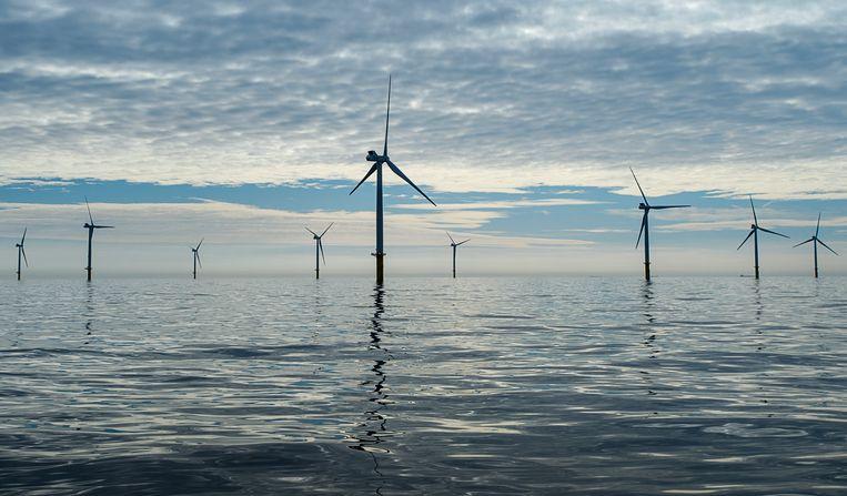 Windmolens reiken boven het wateroppervlakte van de Noordzee, 23 kilometer uit de kust ter hoogte van de strook tussen Zandvoort en Noordwijk.  Beeld ANP