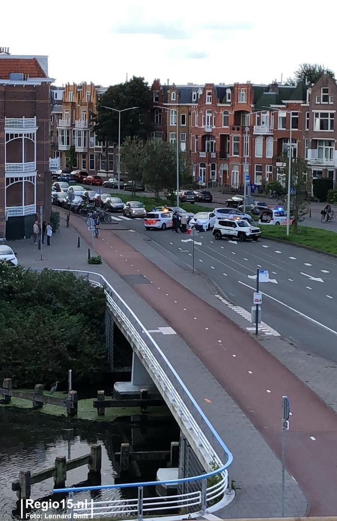 Een voetganger is rond het middaguur gewond geraakt bij een aanrijding met een auto op de Groot Hertoginnelaan in Den Haag.