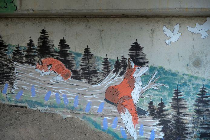 Aangezien de geluidsmuur in de Vosdellestraat staat, mochten de vossen uiteraard niet ontbreken in de muurschildering.