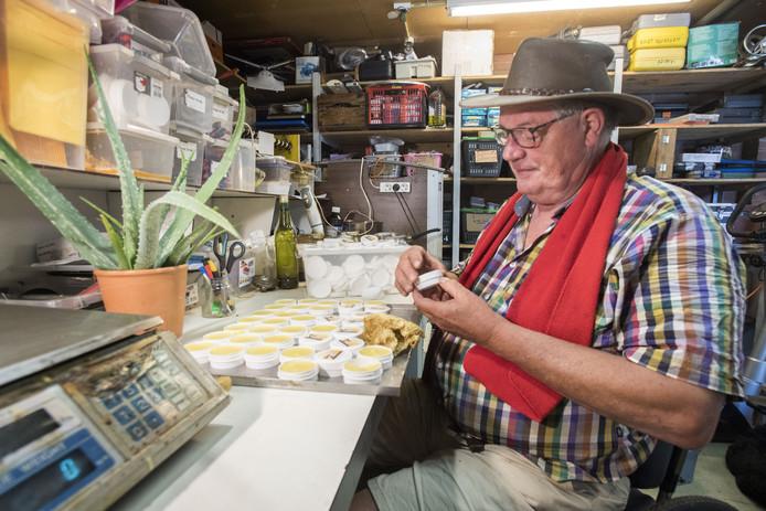 Chris Wijnsma maakt aloë vera-zalf, al dan niet vermengd met propolis uit de bijenkast, tegen irritatie van haren eikenprocessierups.